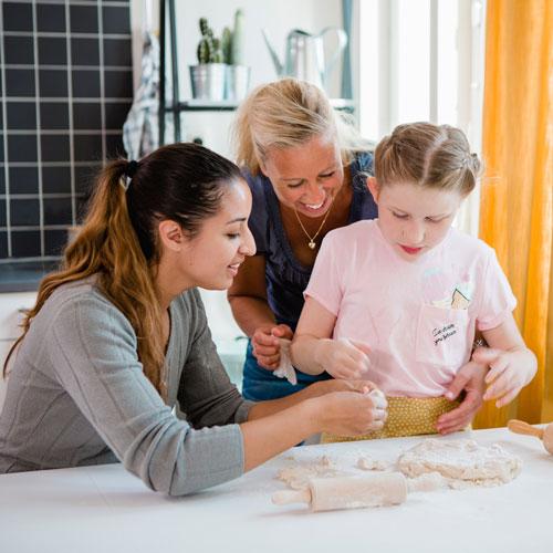 Personlig assistent hjälper barn att baka